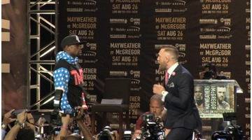 Replay McGregor danse devant un Mayweather impassible